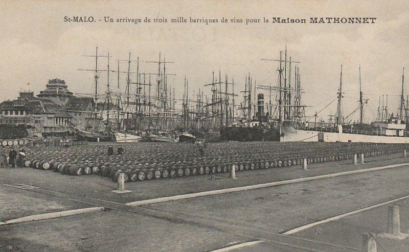 Carte postale ancienne : arrivage de trois mille barriques de vins pour la maison Mathonnet, port de Saint-Malo