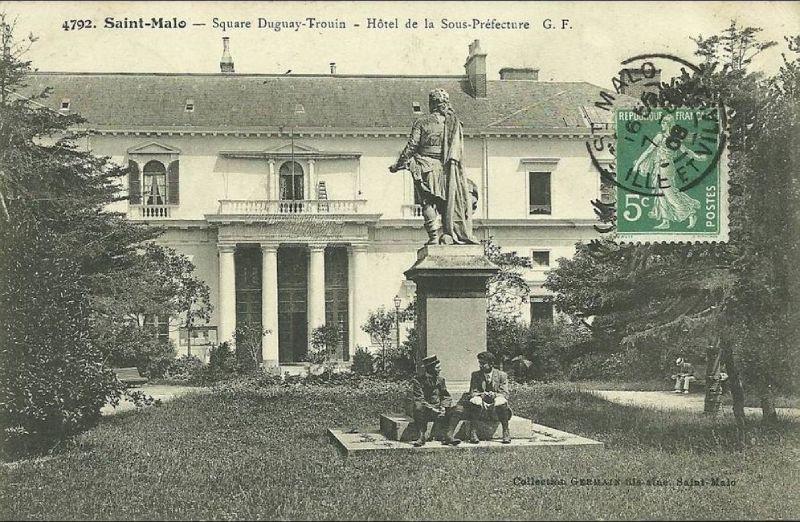 Carte postale ancienne Square Duguay-Trouin - Hotel de la Sous-Préfecture, Saint-Malo